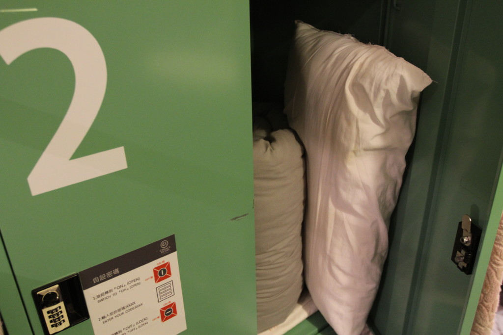 枕は、ロッカーからセルフサービスで取り出して使う。自分が高校時代だったら、ぜったい投げていたなぁ