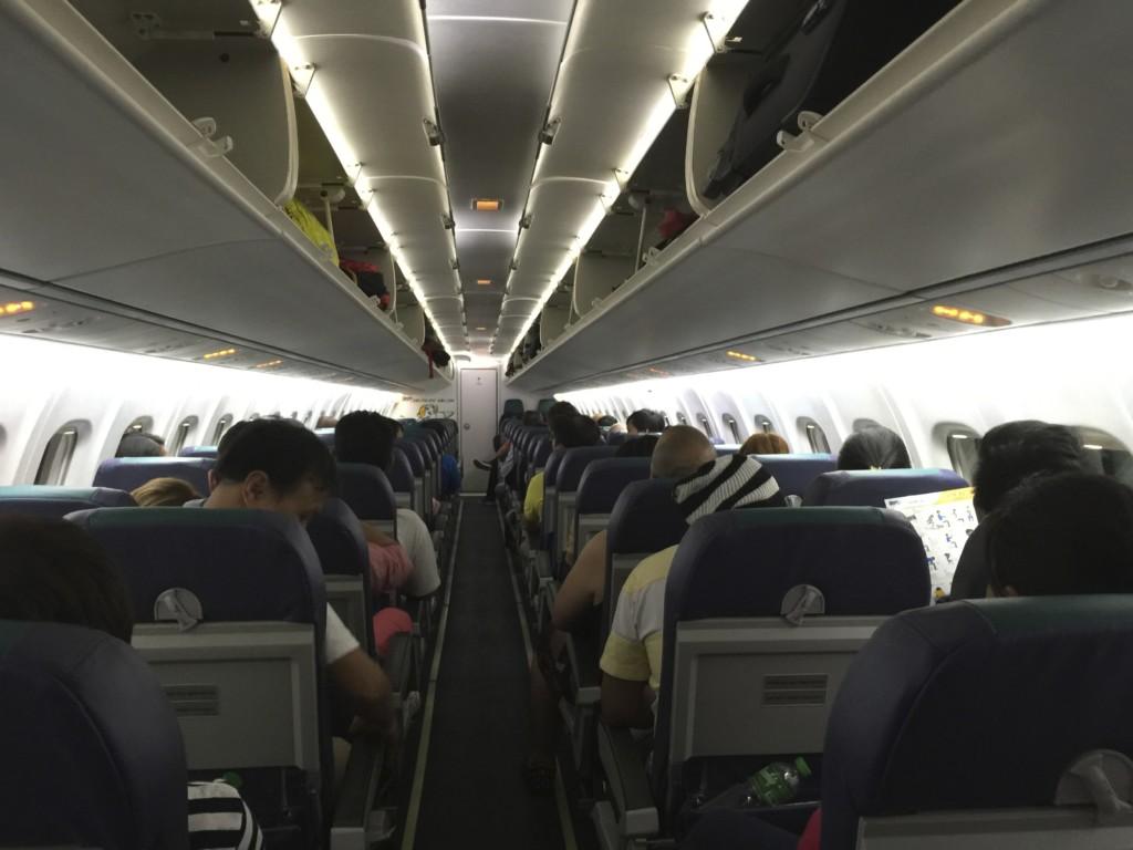マニラからボラカイ島へのアクセスは、四列シートの小型飛行機で