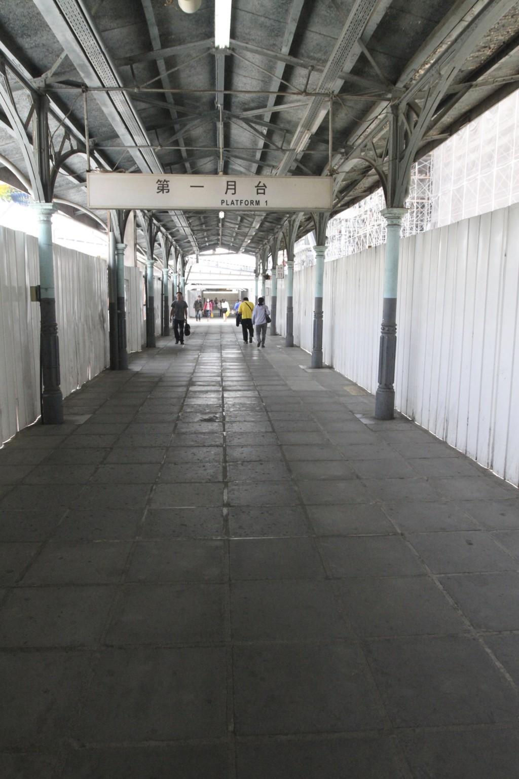 新駅舎へは、仮設通路で。すべての工事が完了するまでには、あともう少しかかりそうだ
