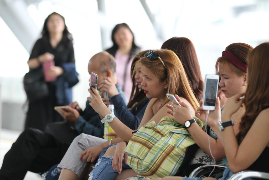 フィリピン人集団の姿も。出稼ぎ労働者だろうか