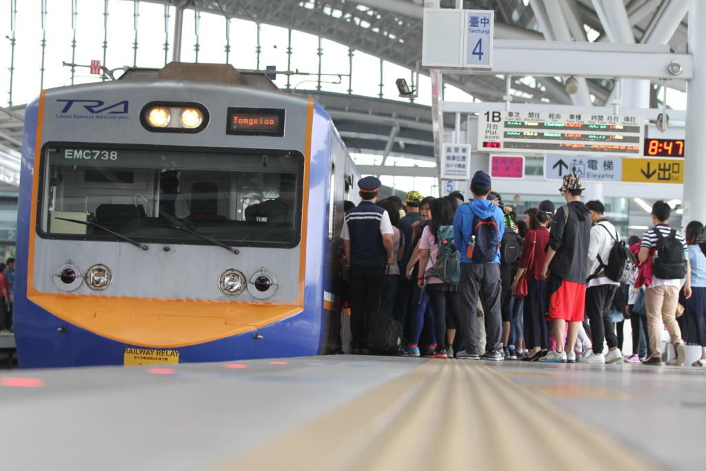 乗り降りする人々。プラットフォームは最新でも、電車は旧式だ