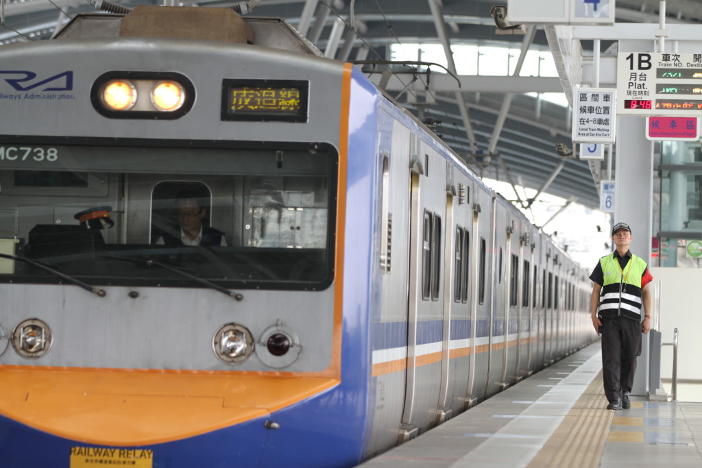 乗客の乗り降りが完了。出発する電車を見送る駅スタッフ