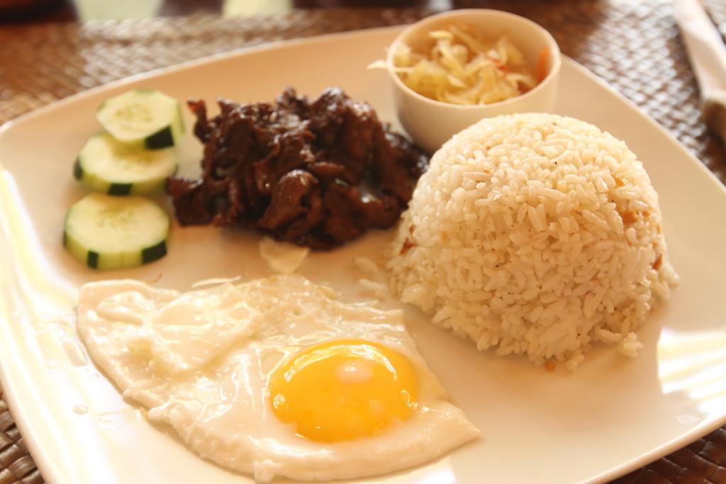典型的フィリピンスタイルの朝食「タプシログ(Tap Silog)」