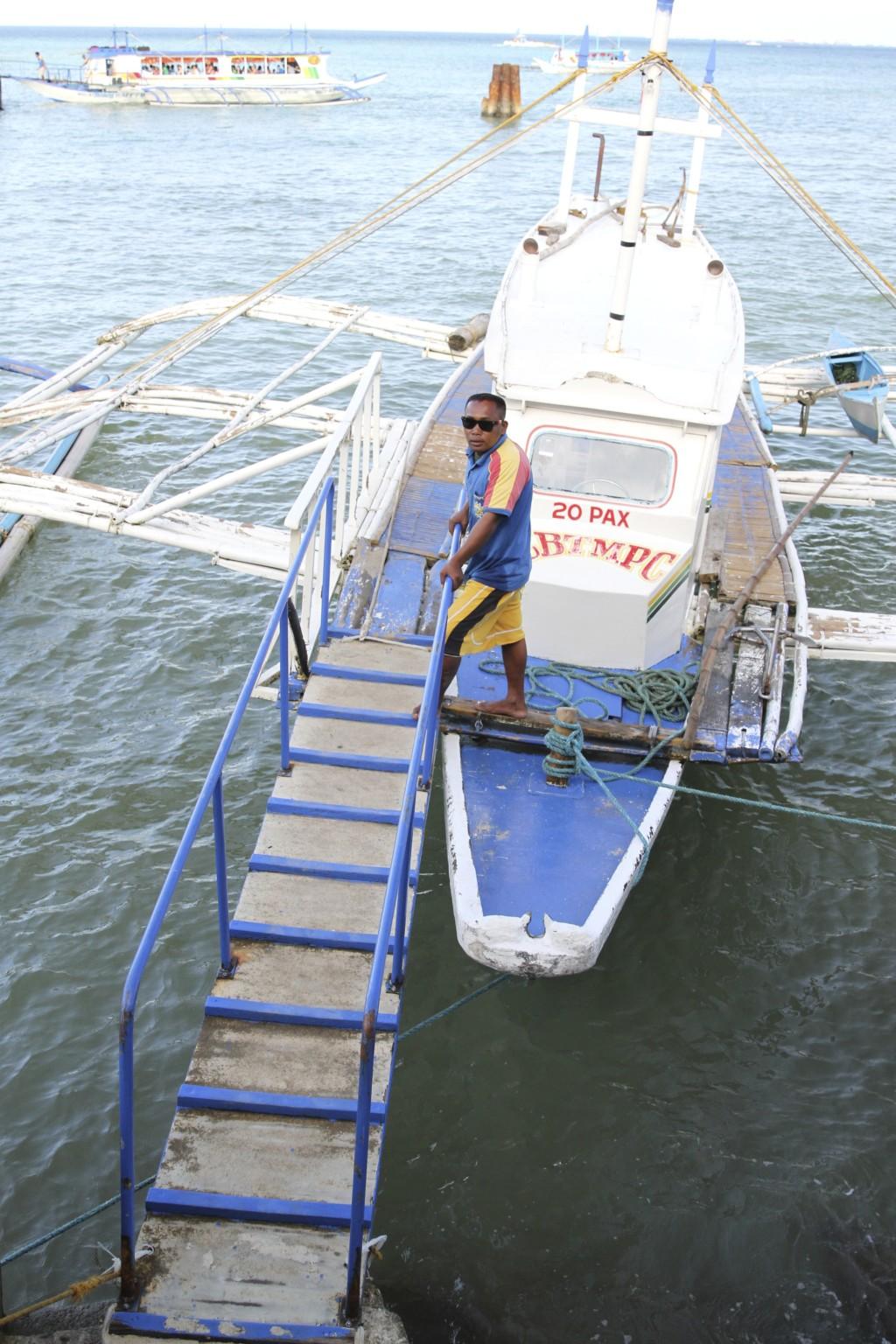 「バンカーボート」へは、細いハシゴのような「渡し橋」で乗り降りする