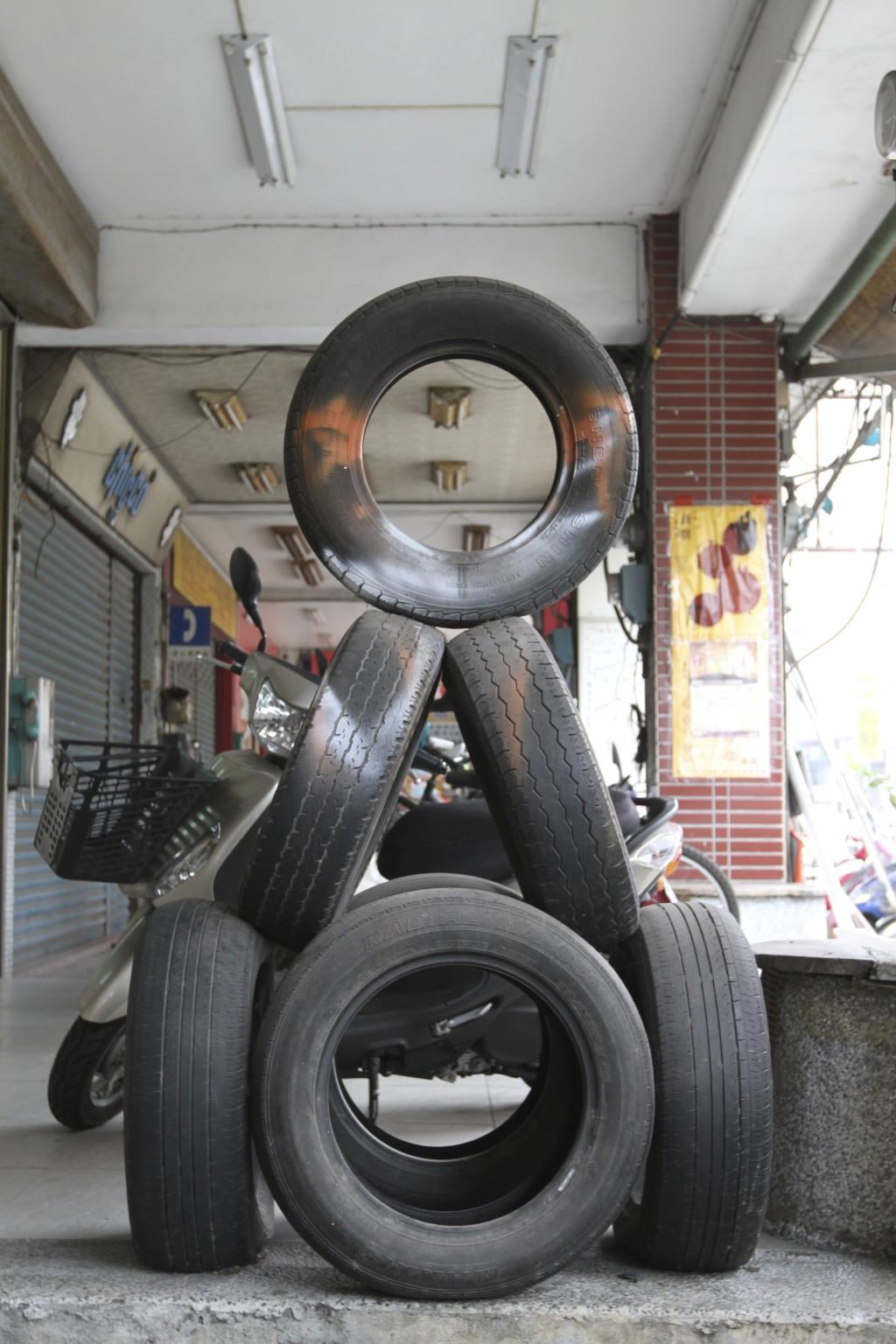 タイヤを積み重ねてできたオブジェ