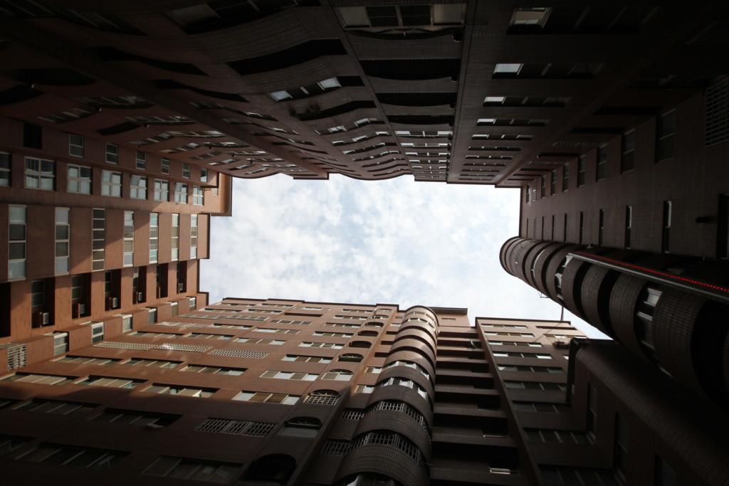 団地の建物で切り取られた「空」