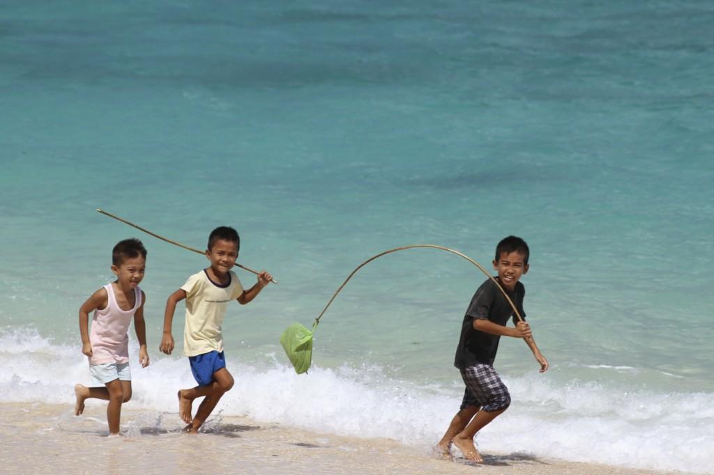 元気に遊ぶ、ボラカイ島の子どもたち(プカ・ビーチ)