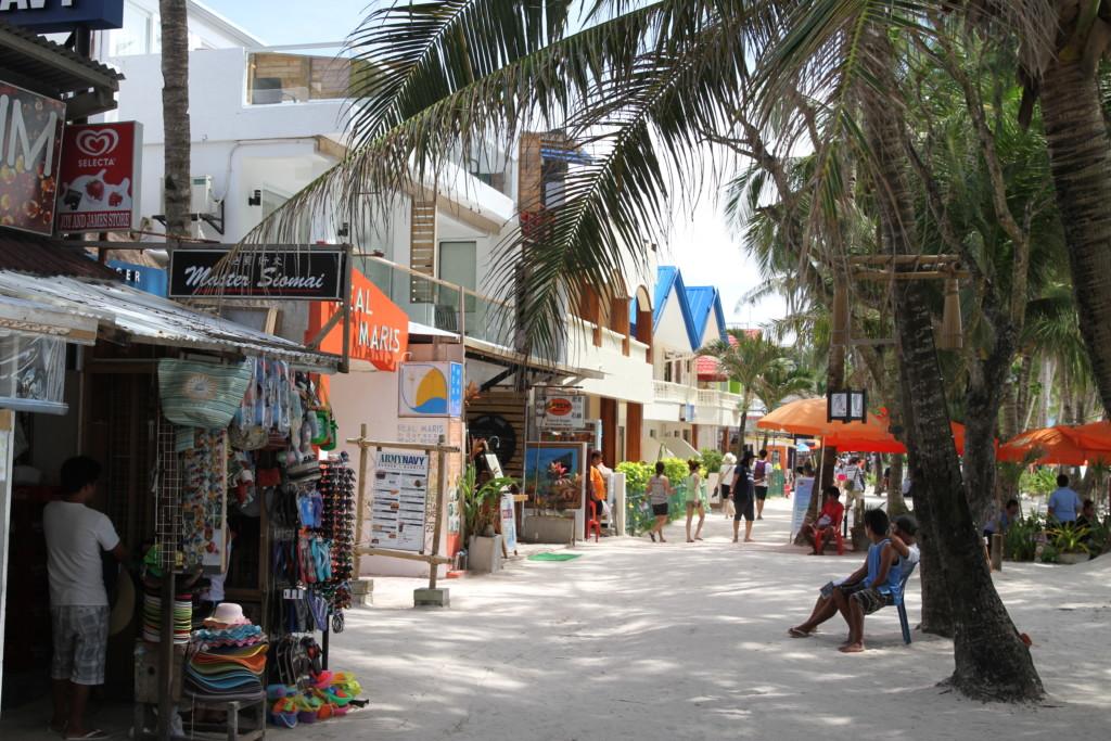 ホワイトビーチ前には、たくさんの店が並ぶ
