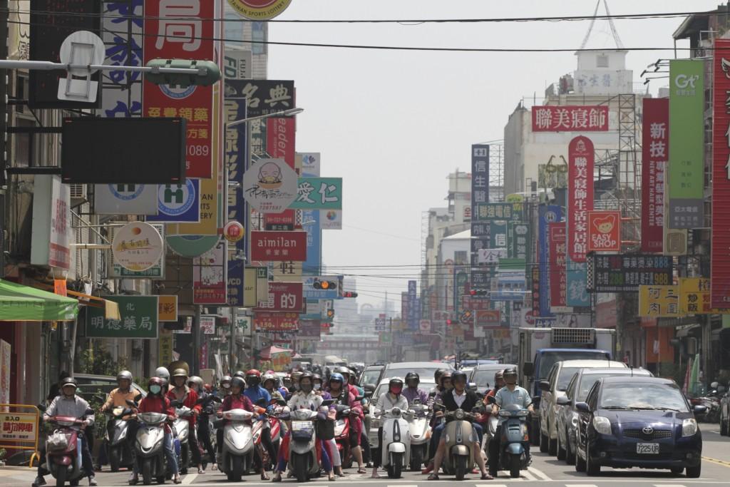 彰化の街でも、車道は、バイクの「波」が押し寄せる