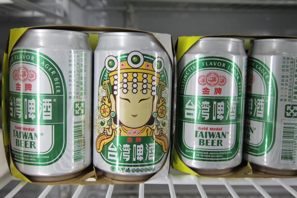 「大甲媽祖巡行」特別パッケージの台湾ビールも売られる