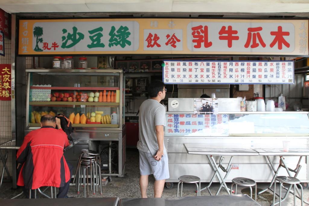 注文すると、その場で果物をすりつぶしてジュースを作ってもらえる。できたての新鮮さが楽しめる