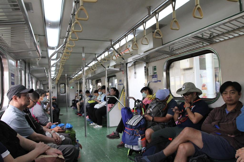 電車内には、「祭り」の参加者なのか、アウトドアの格好をしている人も