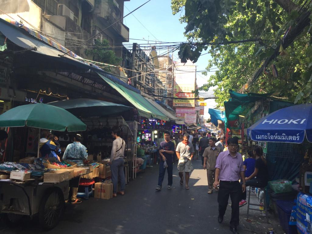 バンコク市内なら、どこにでもありそうな風景(ソイ・ティップ・ワリ)