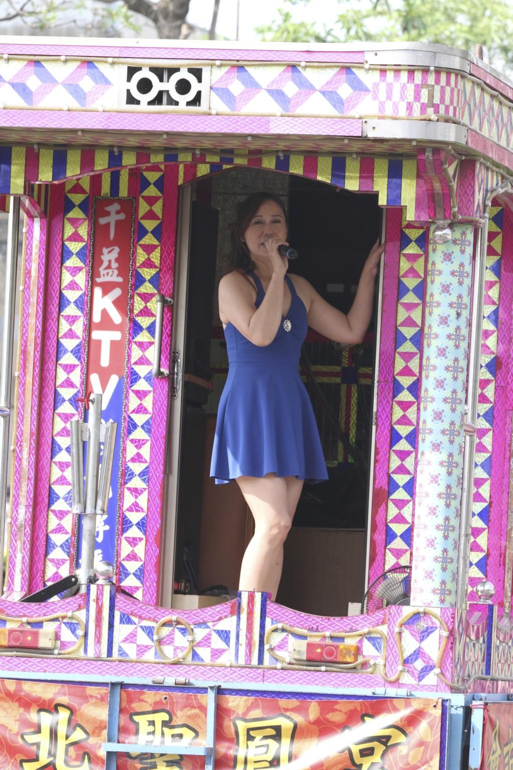 「歌のおねーさん」も祭りを盛り上げる