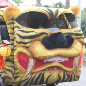 「トラ車」を走らせているのは、台北聖鳳宮