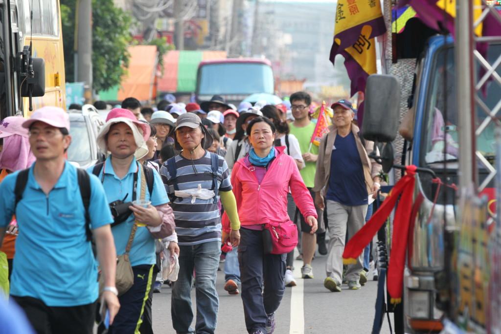 一般市民風の人たちも、一緒に歩いて参加している