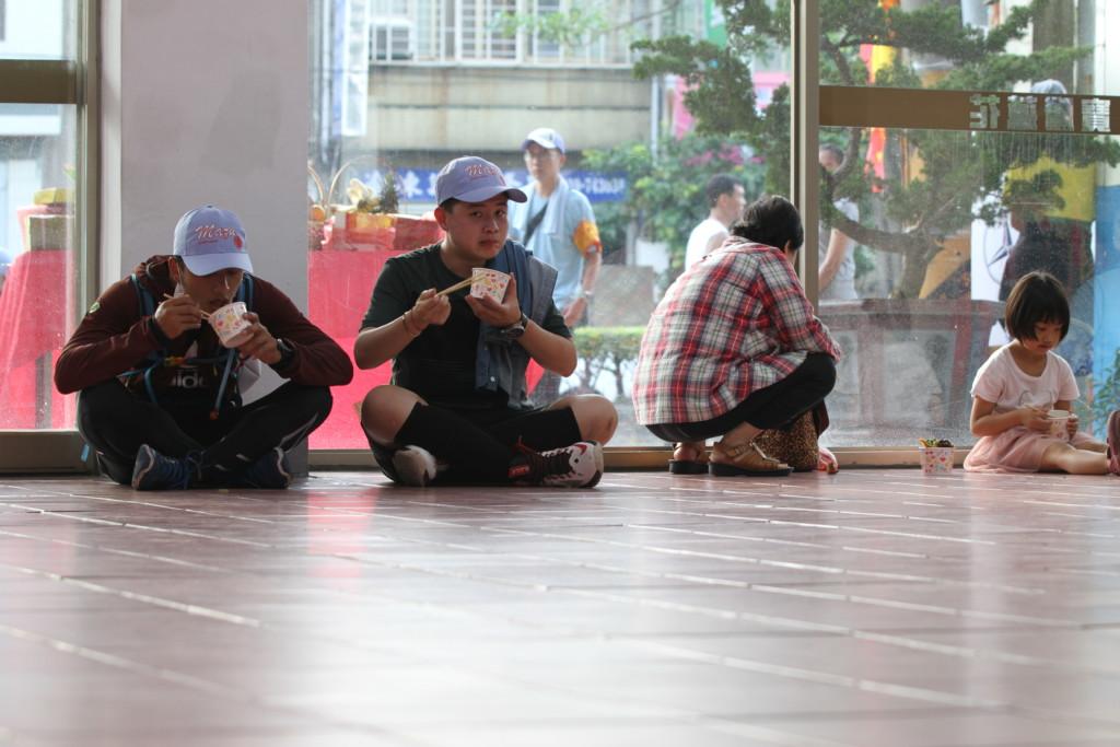 自動車販売店がショールームを空っぽにした上で、祭りの参加者の「休憩スペース」として解放