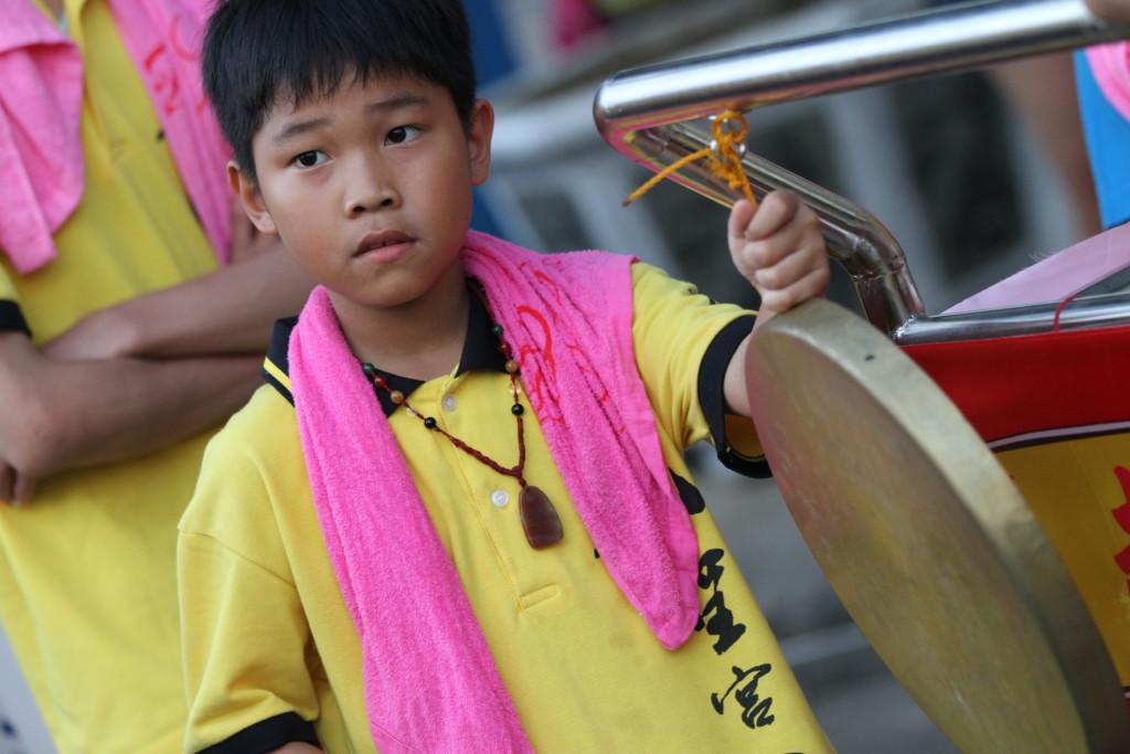 媽祖様が来るまでの「スキマ時間」で、銅鑼を叩く練習をする子ども