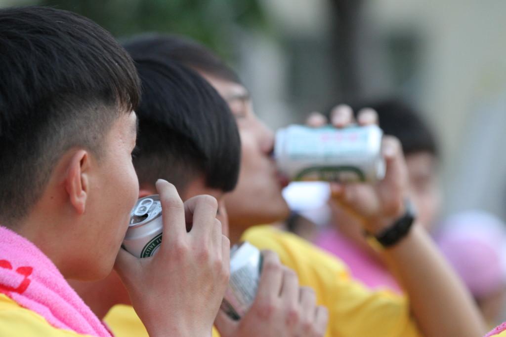 ビールを飲む台湾人の姿は珍しい。地元青年会の若者たち