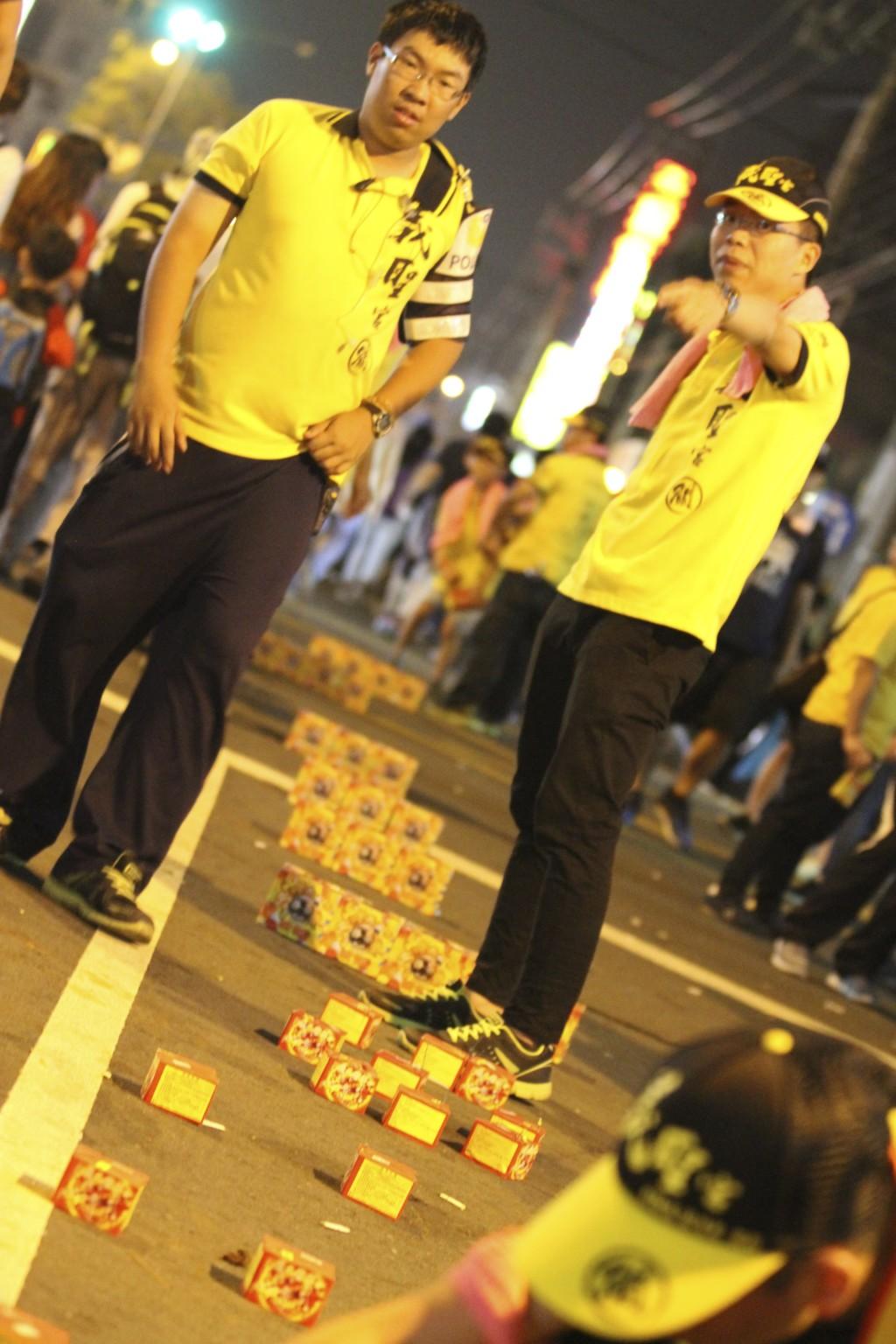 警察の腕章をしたスタッフも、祭りに参加している