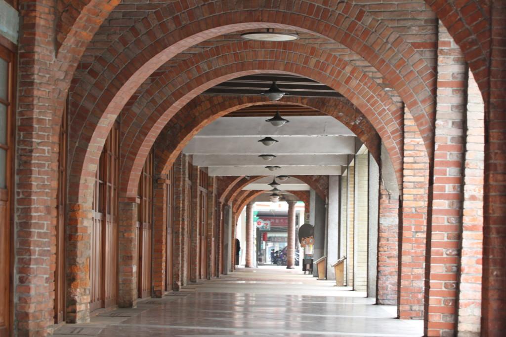レンガをアーチ状に組み合わせてできた廊下