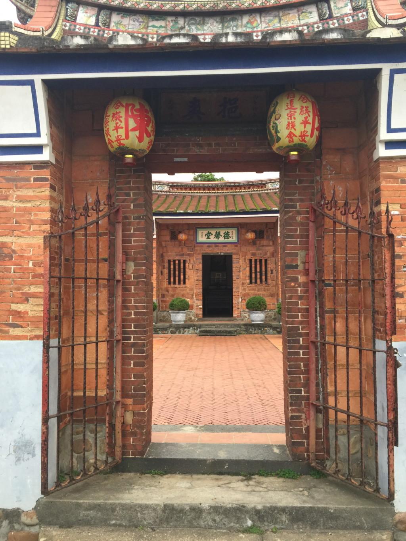 「徳馨堂」の、いわば玄関にあたる門