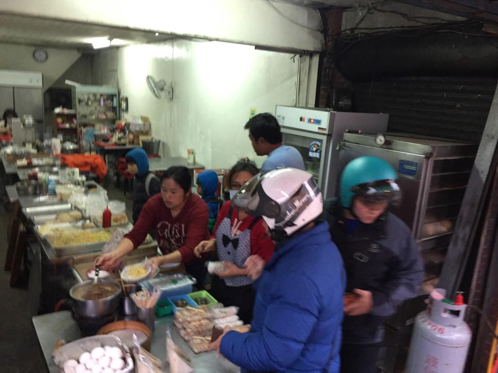 「坑口駅」から「山鼻駅」へ向かう道中、地元っ子で大繁盛する朝食屋を発見
