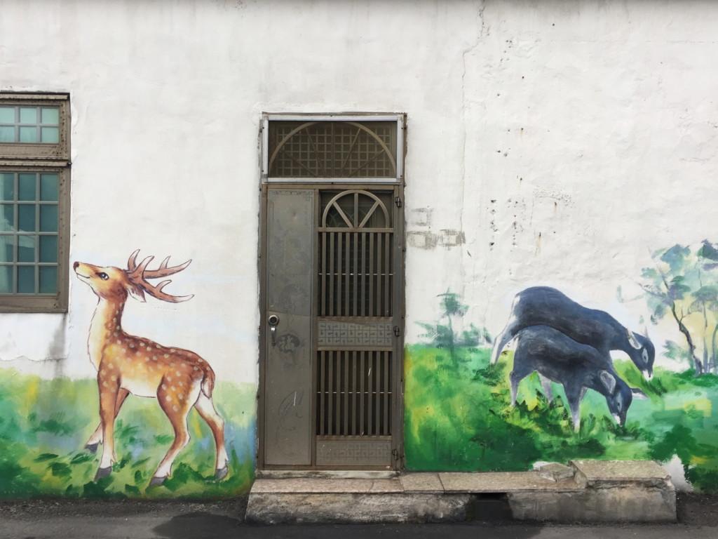 民家の壁にも、さりげなくアート