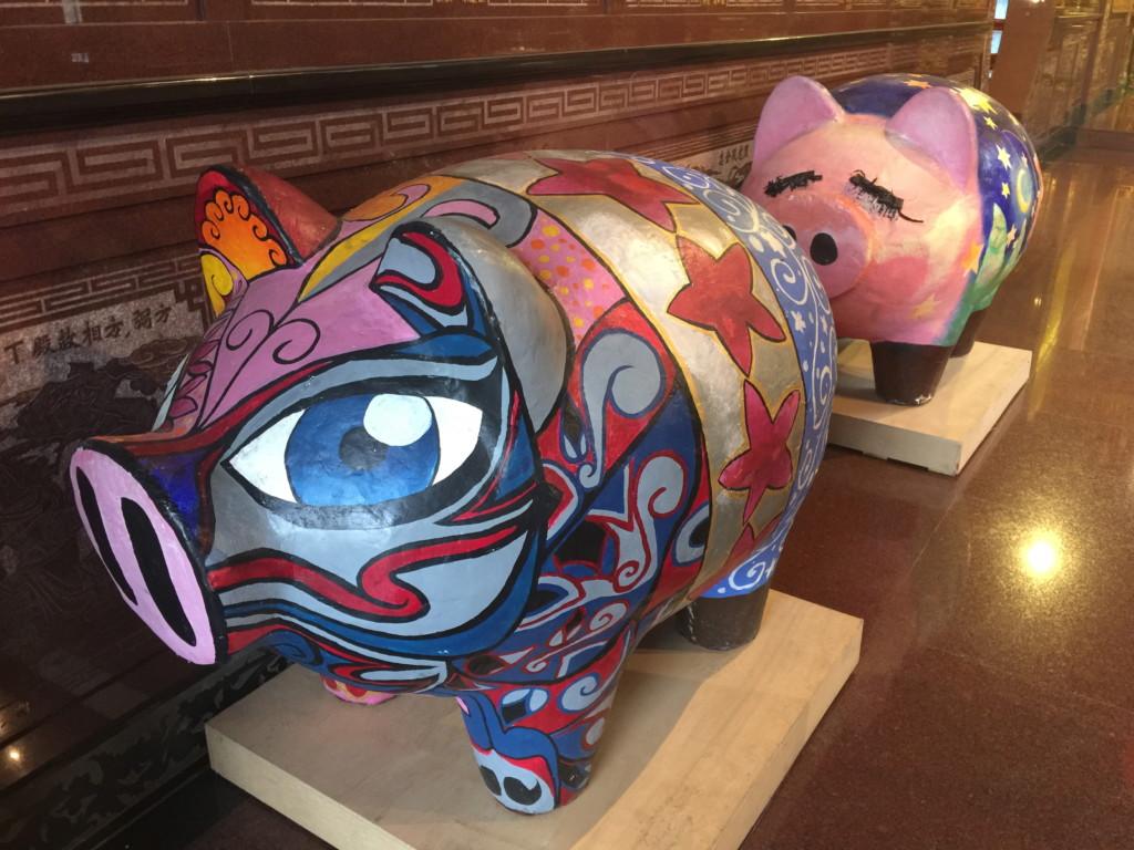 廟内に「豚」出現。「アートビレッジ」の近くまでやって来ているのだ