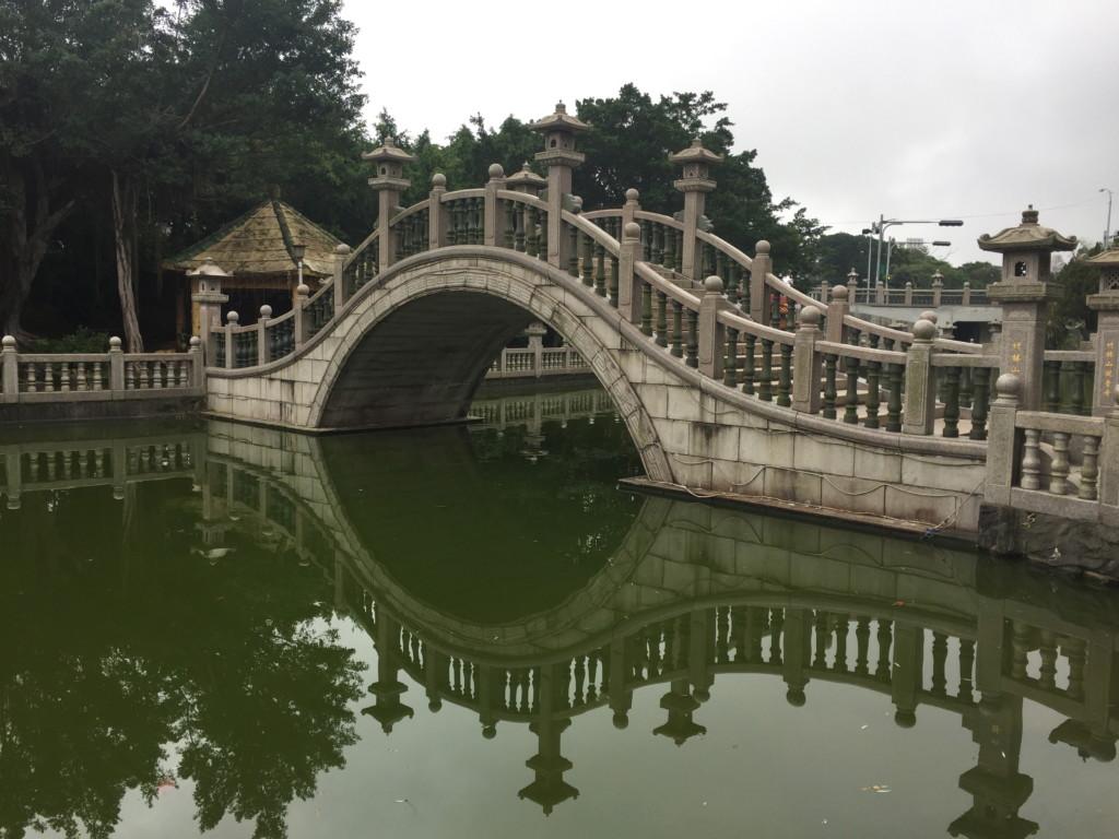 橋が水面に映って、湖面に「もう一つの橋」があるようにも見える