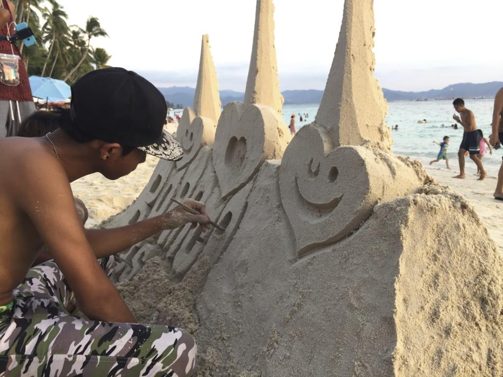 器用に「砂の城」をつくる地元っ子