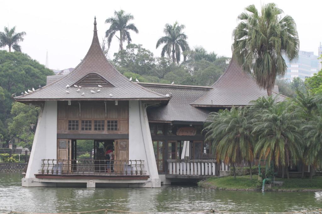 湖に建てられた「湖心亭」。このアングルからスケッチしている人が多かった