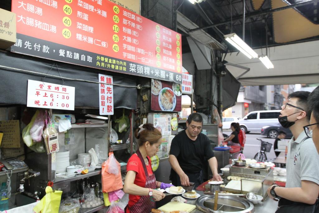 「第二市場」の入り口付近で営業する、朝食屋「王記菜頭粿糯米腸」