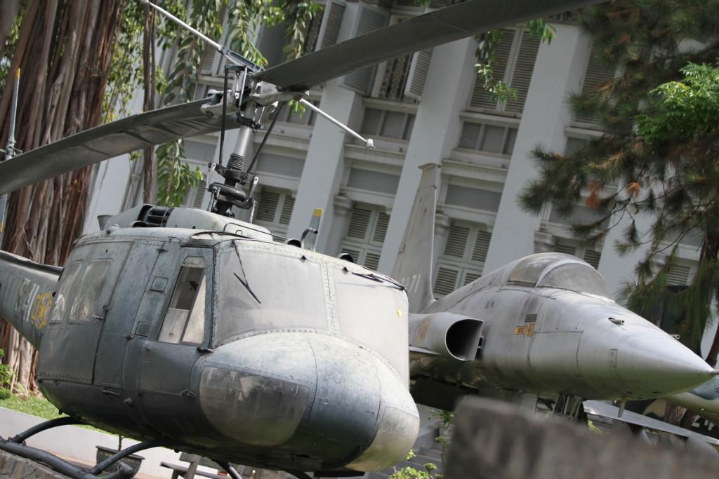 UH-1型ヘリコプター(左)、F5戦闘機(右)