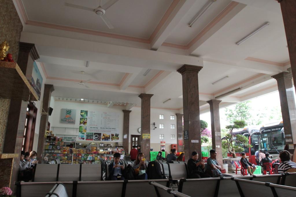 バスターミナルの天井。高い