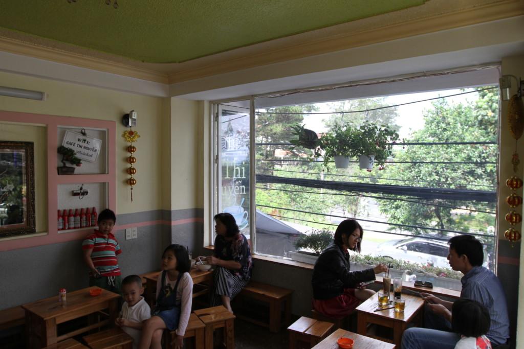 超ローカルな雰囲気のカフェ店内
