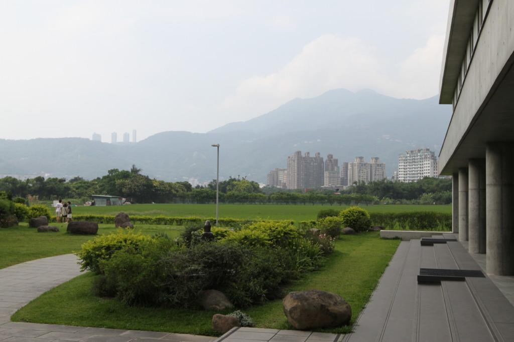 今日でも、寺の周辺には、野原が広がっている