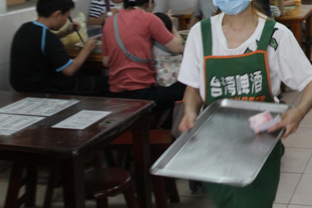 店員さんのエプロンが「台湾ビール」のロゴであるのを、アジ吉は見逃さなかった