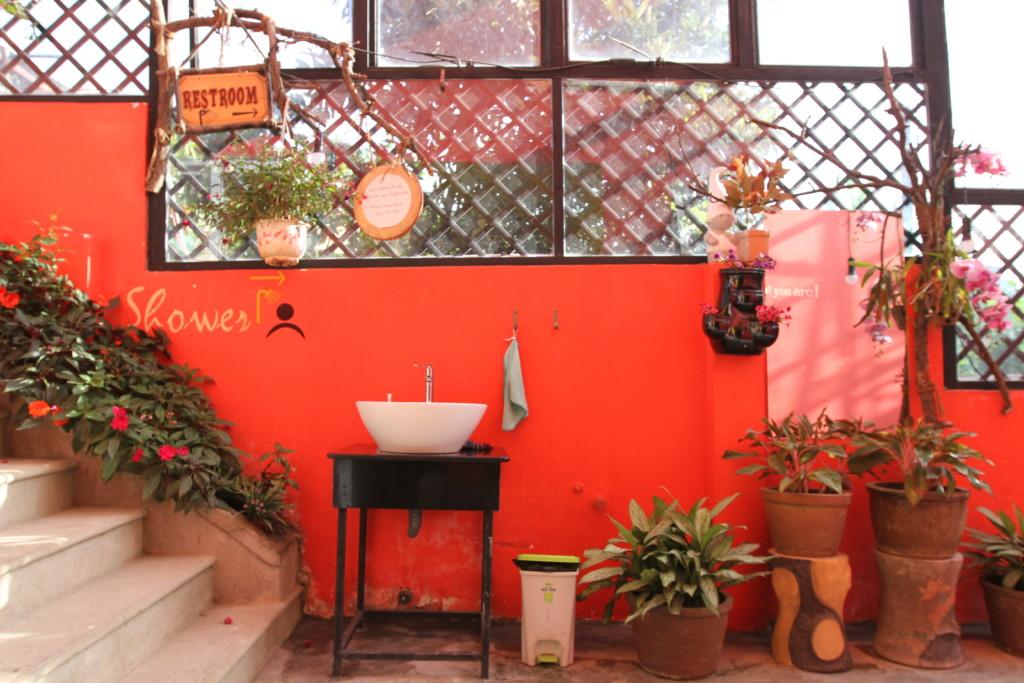 敷地内の壁という壁、すべてが赤く塗られている