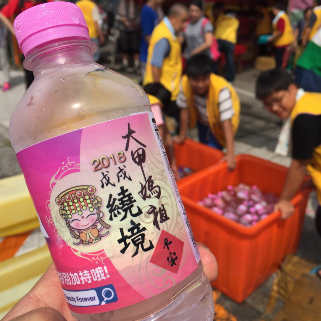 「大甲媽祖」ロゴ入りの飲料水