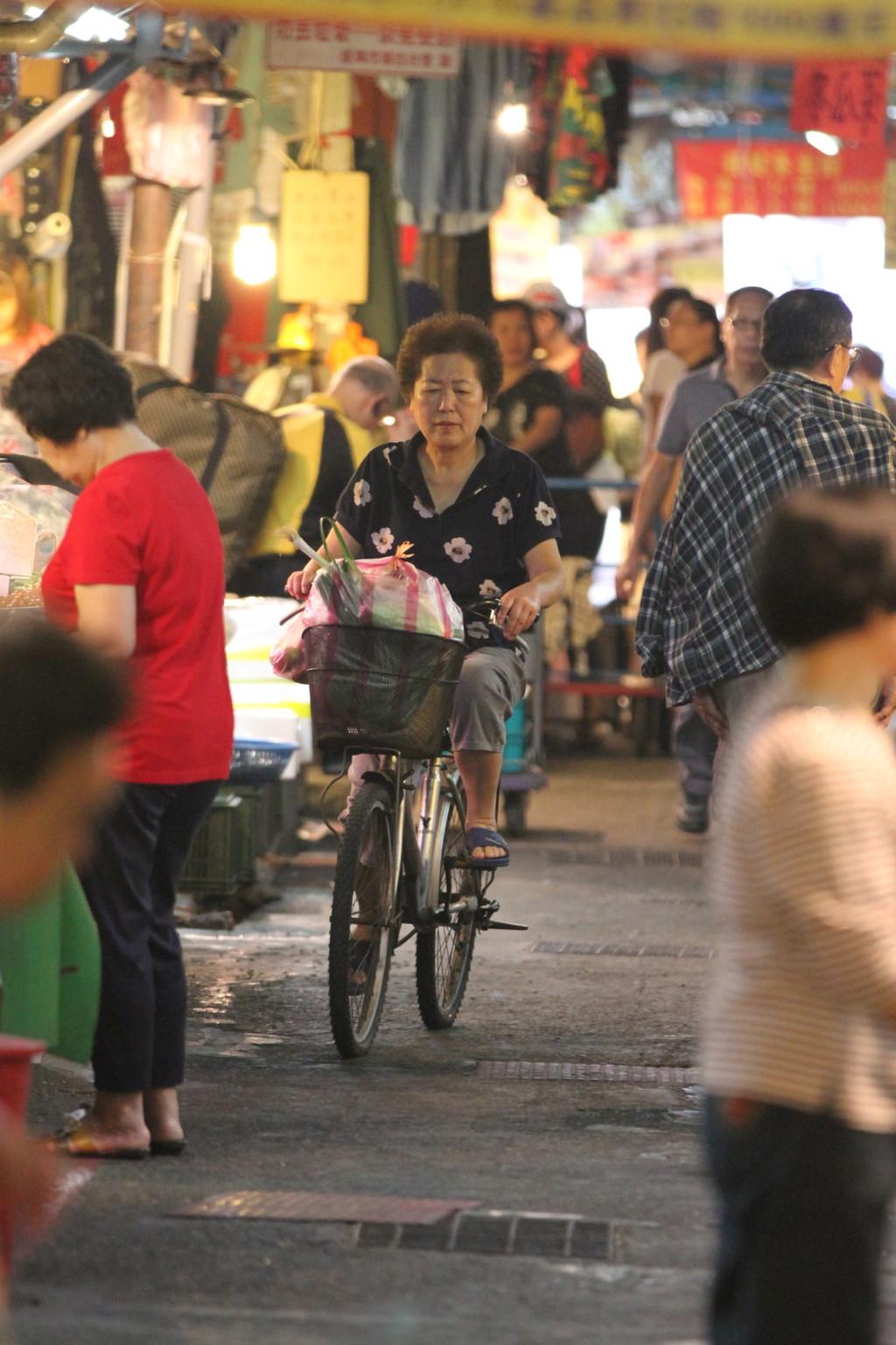 自転車やバイクも通過