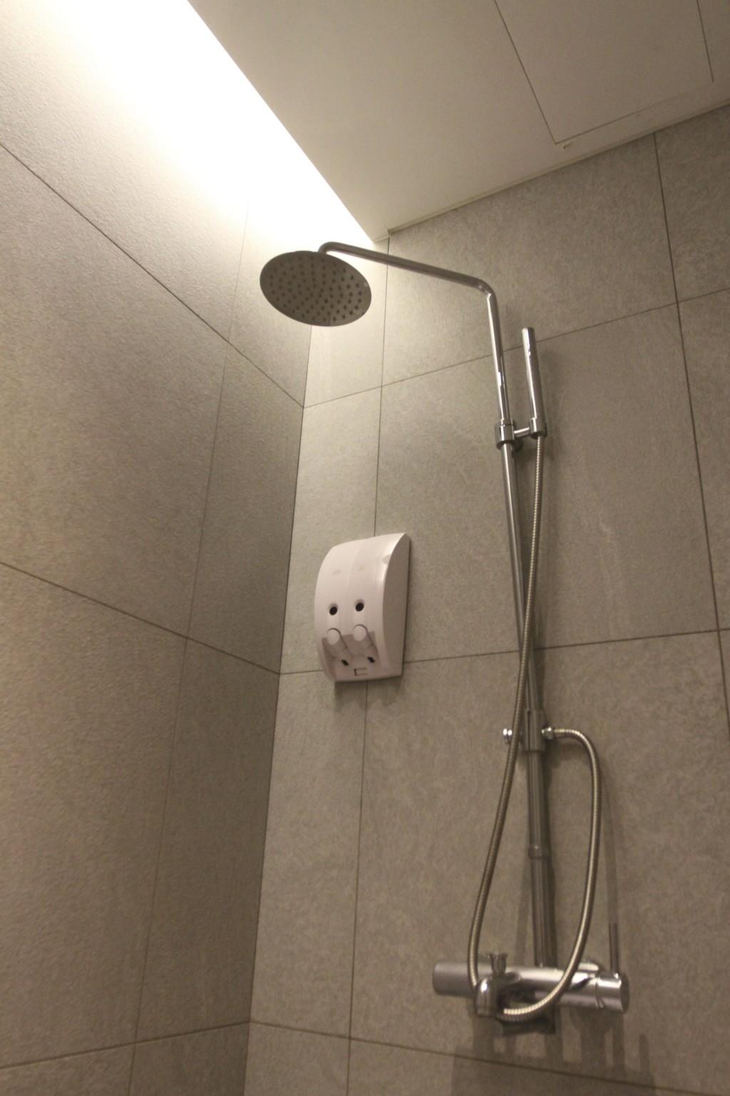 シャワーヘッドの高さは、およそ180cm(+ちょい)くらい