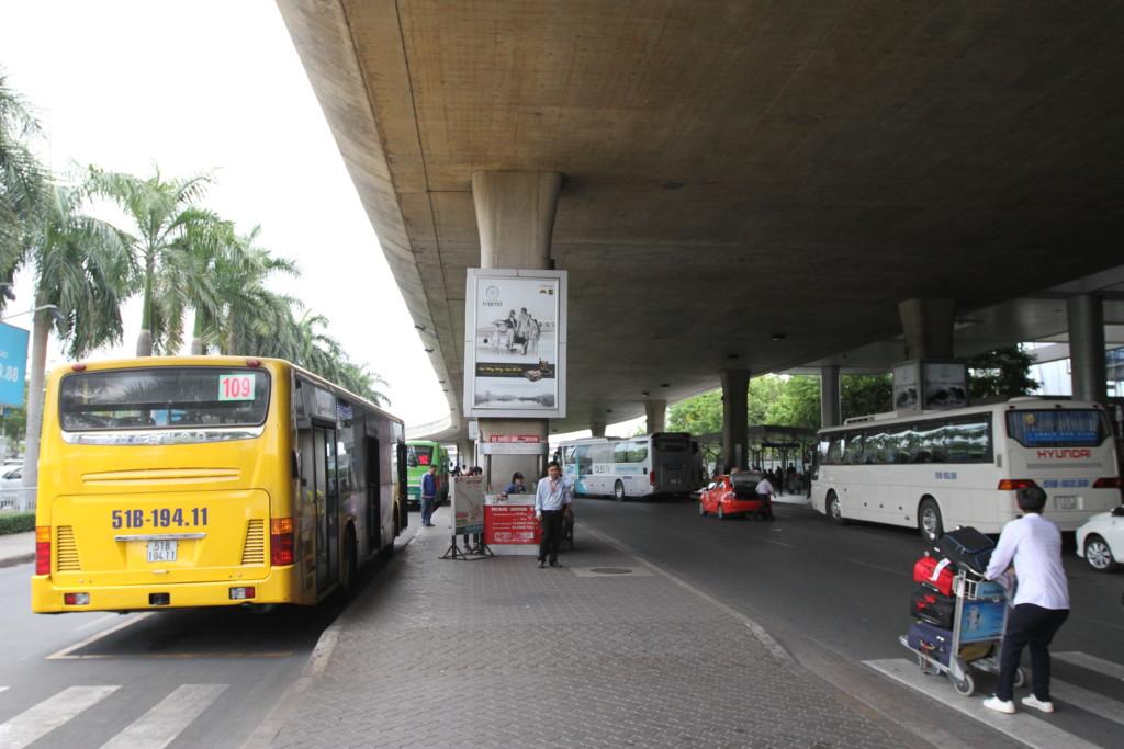 タンソンニャット国際空港からはバスで移動