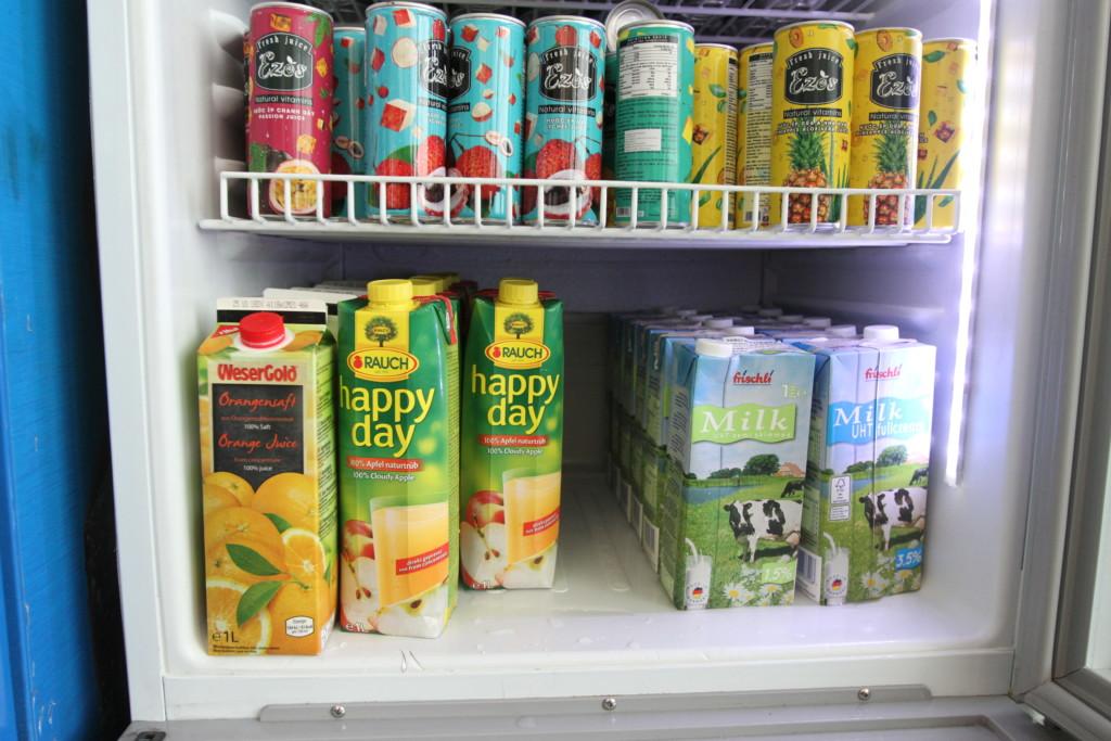 フルーツジュース(パッション、ライチ、パイナップル、オレンジ、リンゴの各種)、牛乳