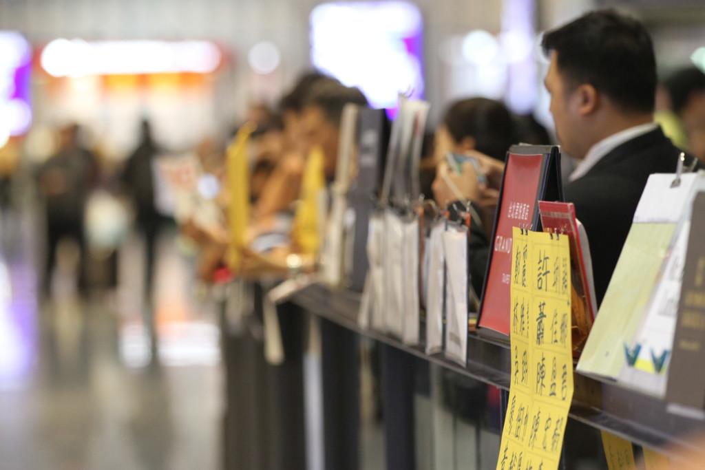 空港前に待機する「出迎え」の人々