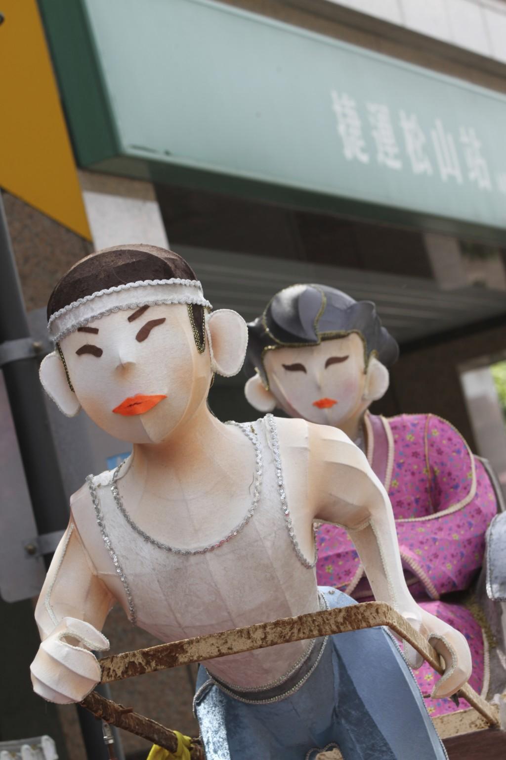 MRT松山駅のエントランス付近にあった「人形」