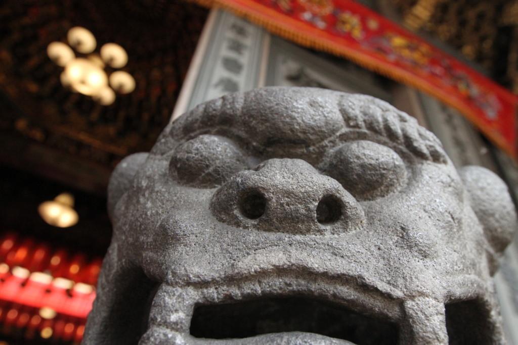 石で造られたライオン像