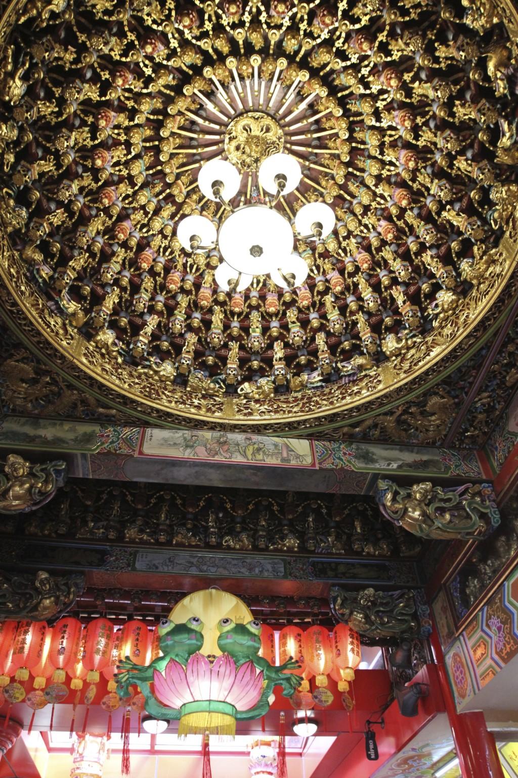 天井には、気が遠くなるほどの、繊細な飾り付け