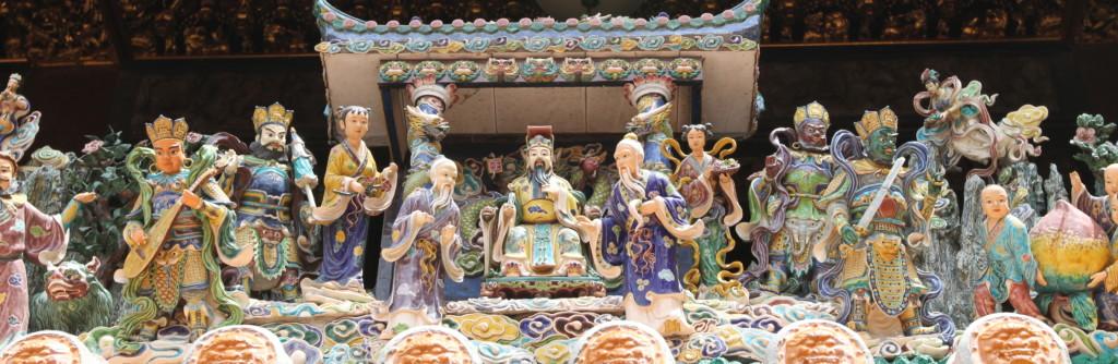 色とりどりの陶器製の人形たち