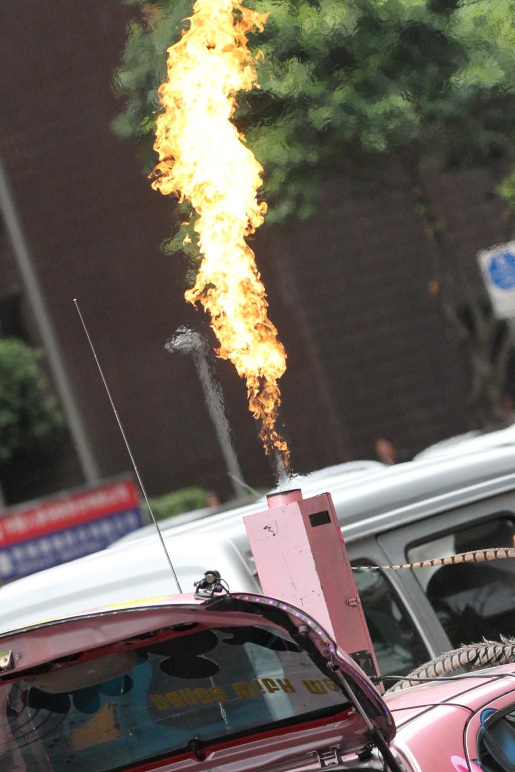 火を噴くエントツつき「痛車」も